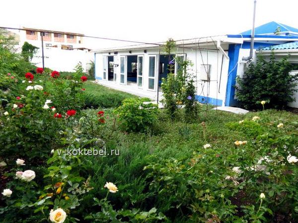двор-и-территория-гостиницы-Золотая-балка-Коктебель